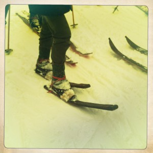 Die Ski aus alten Fassplanken.